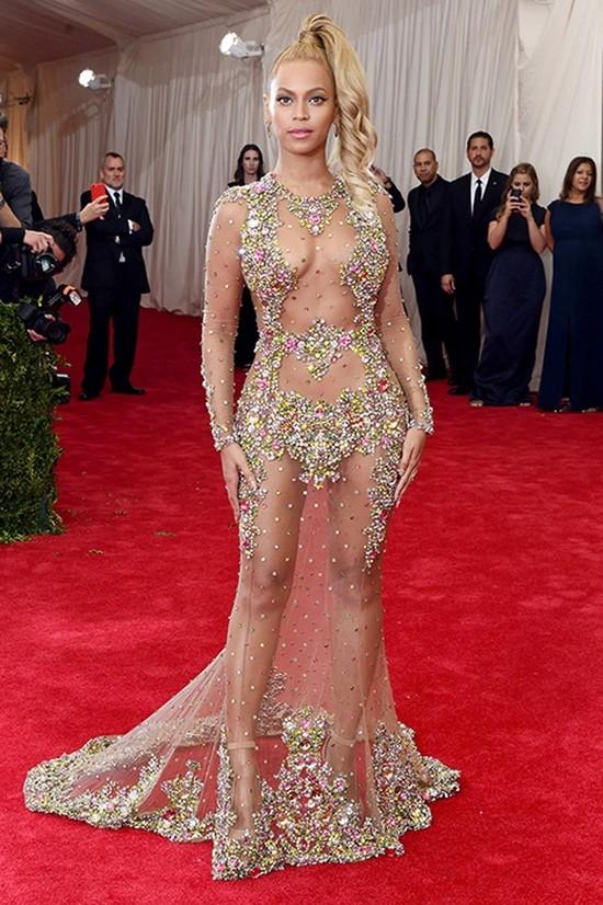 Звезды в откровенных платьях