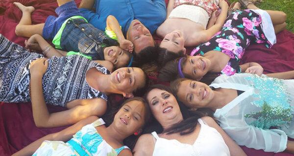 Американка удочерила четырех дочерей своей подруги, когда та умерла от ракамозга