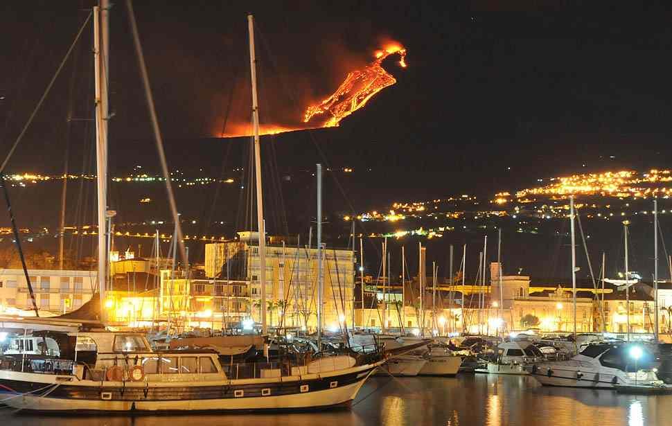24. На территории Италии находится три действующих вулкана — Везувий, Этна и Стромболи. Все они находятся в Южной Италии.