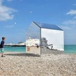 Зеркальная хижина напляже