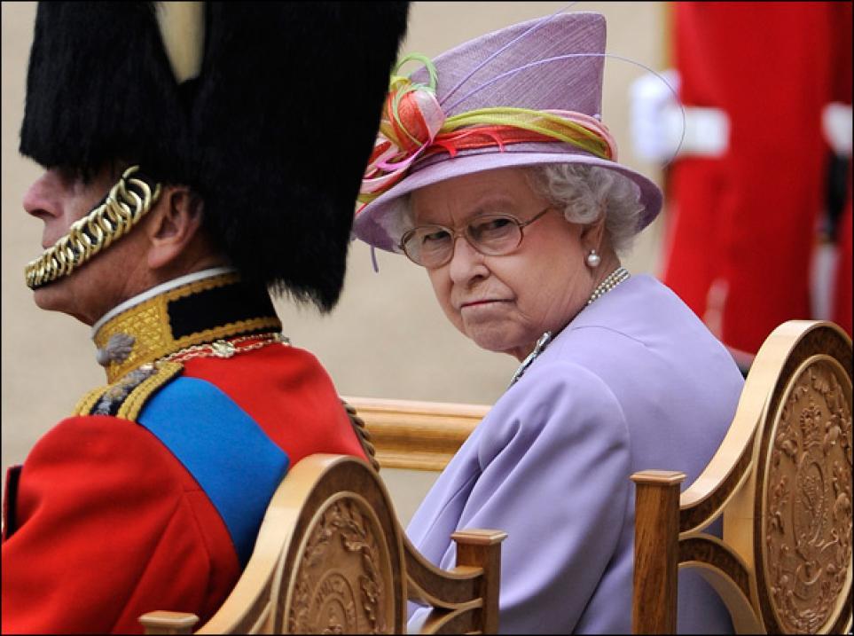 Королева Елизавета II является монархом Новой Зеландии. В её обязанности входит ратификация утвержденных парламентом законов.