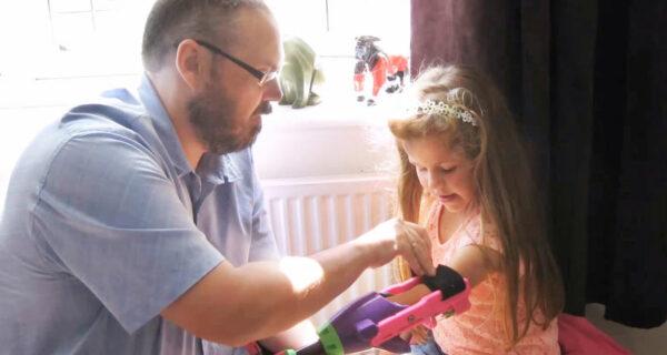 Девочка получила 3D-протез от дизайнера, у которого также нетруки