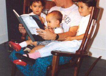 Отец создал тройное кресло-качалку, чтобы читать своим детям