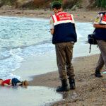 Пользователи соцсетей отреагировали на шокирующее фото погибшего трехлетнего беженца