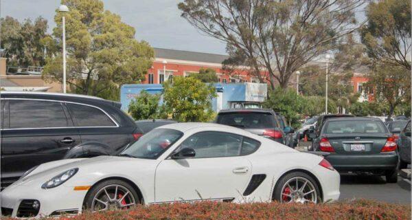 Автостоянка миллионеров: шикарные автомобили, припаркованные у штаб-квартиры Facebook в Калифорнии