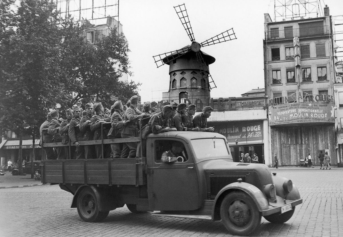 Вековая история главного кабаре мира «Мулен Руж» в фотографиях