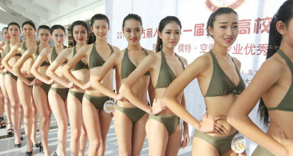 Китайские школьницы позируют в бикини в надежде стать стюардессой или моделью