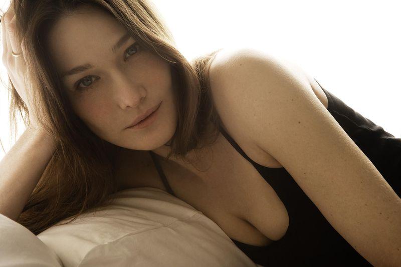 Самые незабываемые сексуальные фотографии Карлы Бруни фото