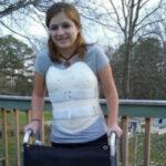 Выжившая в автокатастрофе девушка сделала из корсета для спины броню в стиле стимпанк