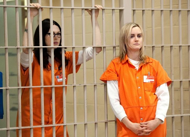 В тюрьме в женской одежде