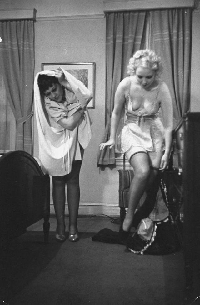 Смотреть как 2 женщины раздеваются в постели