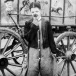 Странные костюмы, акробаты и жутковатые клоуны — фотографии бродячего цирка 1910года