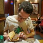Канадец получает деньги за то, что регулярно ест в McDonald's
