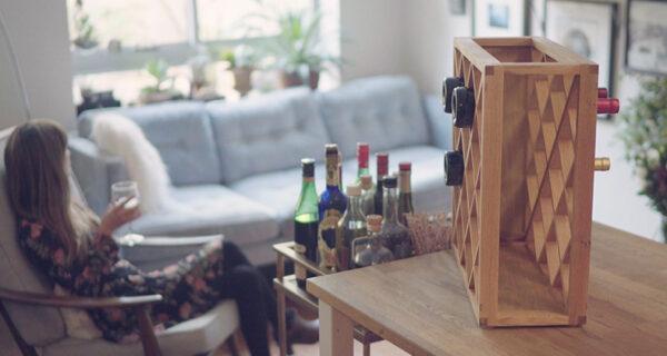 Иллюзионист создал винную стойку, в которой исчезают бутылки
