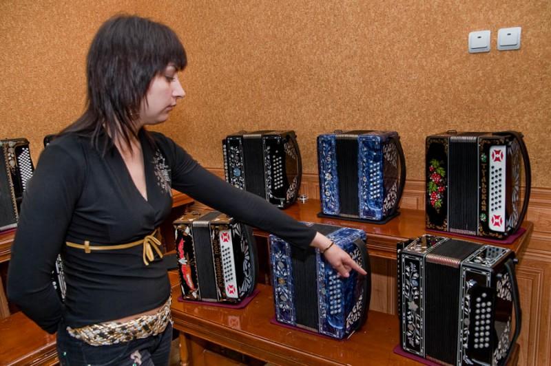 Первые гармони появились в России в начале девятнадцатого века и, благодаря оригинальному звучанию и внешней привлекательности, быстро стали популярными. Количество мастеров гармонного дела выросло настолько, что промысел по их изготовлению стал в Туле вторым по значимости.