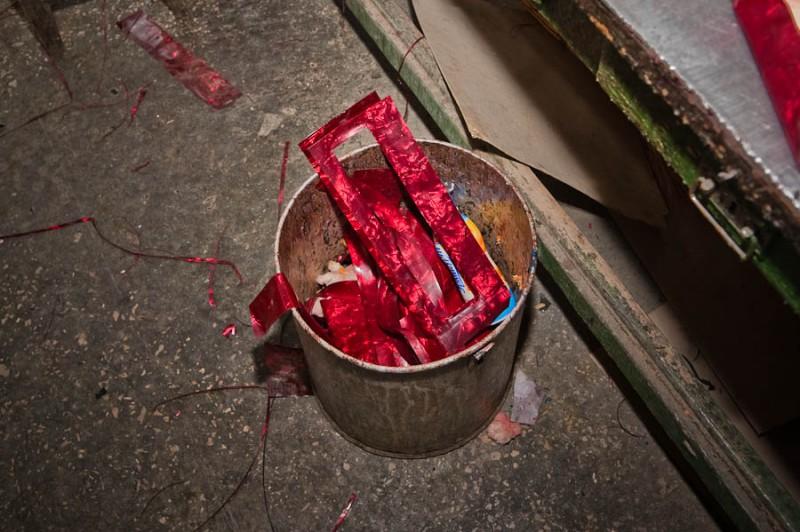За этими обрезками советские тульские мальчишки специально ходили на фабричную помойку и, добавив к ним тюбик из под зубной пасты, получали отличную ракету. Московские же были вынуждены тратить деньги на целлулоидные пеналы и теннисные шарики для дымовушек. Вот сейчас пишу и расстраиваюсь, что не прихватил с собой пару листов. Дочке бы показал мастер-класс, а то нынче китайскую петарду купить проще, чем самому что-то сделать.