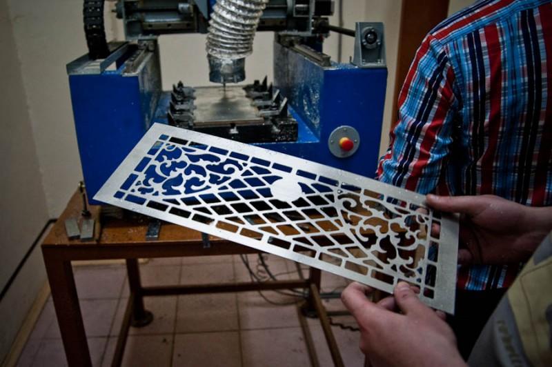 Изготовление баяна на 95% ручной труд. Единственная деталь, где используется станок с ЧПУ — декоративная решетка.