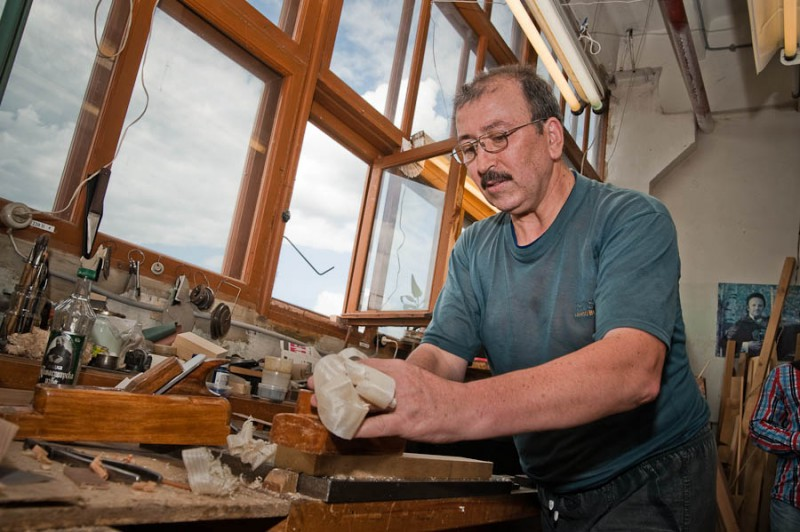 Высококлассные мастера работают в отдельных помещениях, среди красного дерева и самодельных рубанков, а не в общем цехе.