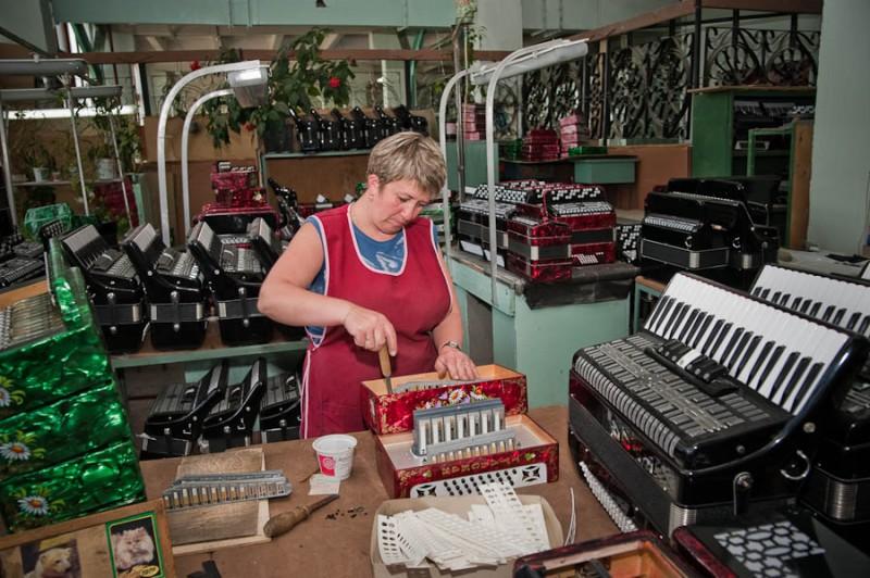 Все, что имеет 2 ряда клавиш — гармонь, у баяна 3-5 рядов, аккордеон с клавишами как на рояле. В Европе еще встречается кнопочный аккордеон, который внешне от баяна неспециалисту не отличить.