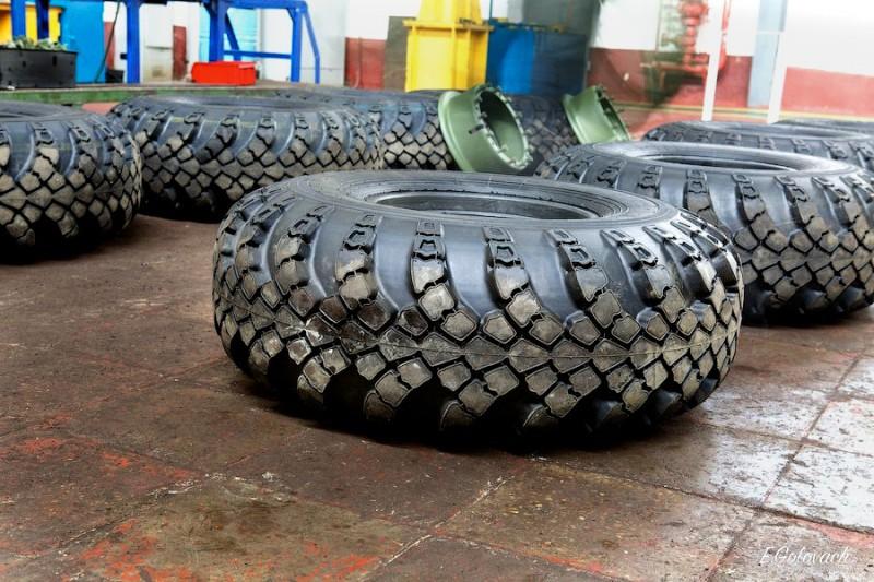 Шинмонтаж. Натягивание шины на диск, происходит вручную.