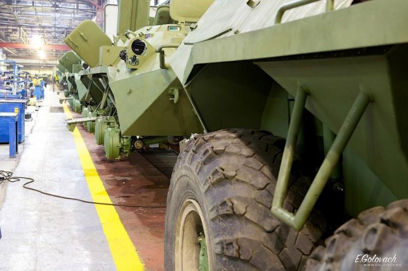 Далее кузова с прикрученными колёсами, встают на сборочный конвейер.