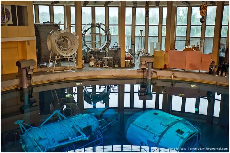 Погружение под воду создает условия, очень похожие на состояние невесомости. Есть даже особый термин – «гидроневесомость». В условиях этой гидроневесомости будущие космонавты учатся работать в открытом космосе и изучают наружное устройство модулей МКС. Здесь же проходит испытания различная техника.