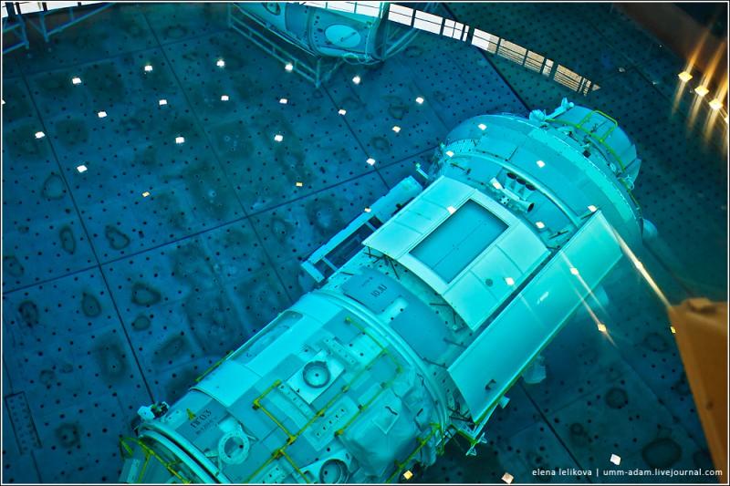 Слева – многофункциональный лабораторный модуль, МЛМ. Предназначен для проведения научных экспериментов. В космосе пока не был, впервые полетит как раз в сентябре вместе с Еленой Серовой - первой российской женщиной-космонавтом за последние 15 лет. Справа (на верхнем снимке он в левом нижнем углу) – модуль МИМ-1, он же «малый исследовательский модуль»