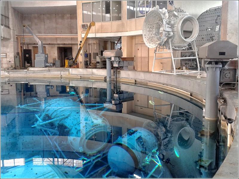 Перед МИМом– шлюзовая камера. Как раз сейчас отрабатывается задача ее переноса с МИМа на МЛМ. Ее предназначение – научные эксперименты в открытом космосе без выхода человека. Работает по принципу торпедного аппарата: со стороны корабля на специальную площадку устанавливается оборудование, происходит процесс шлюзования, люк открывает и площадка выезжает наружу