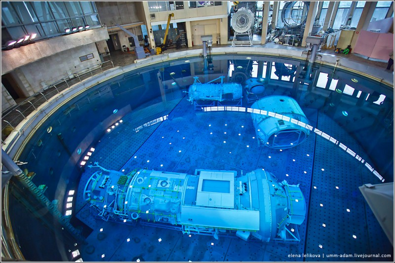 В центре часть модуля «СМ» – служебного модуля. Это основной модуль, где живут космонавты. Там находятся их каюты, и там же они проводят основное время. Это конкретно та часть, на которой отрабатывали эксперименты, которые буквально 19 июня провели в открытом космосе