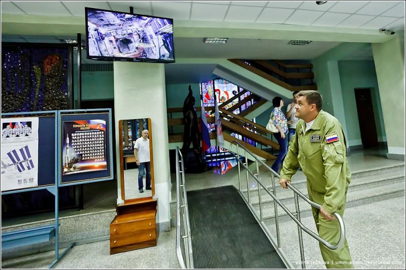В холле шком транслируется картинка с МКС. Конкретно в этот момент – американский отсек