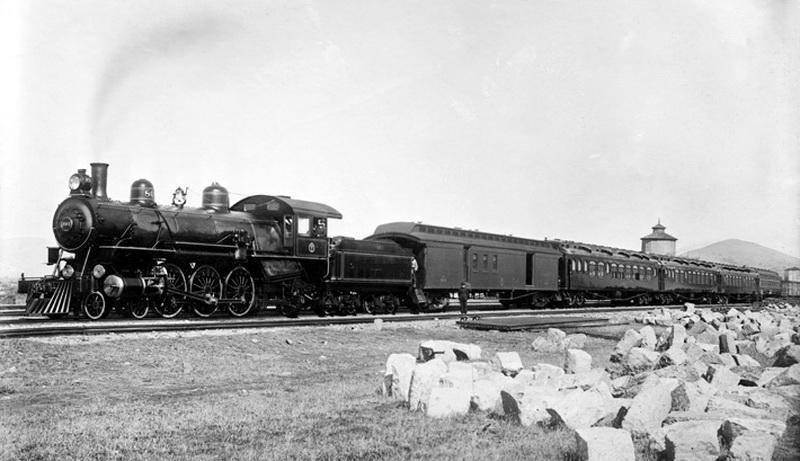 Еще в начале 1920-х революционер Сунь Ятсен в своем программном «Плане реконструкции Китая» предложил построить в стране около 100 000 километров новых железных дорог, в числе которых были и линии на Тибетском нагорье. По объективным причинам к идее «отца нации» смогли вернуться только в 1950-е годы при председателе Мао. Проект железной дороги в столицу Тибета Лхасу был утвержден к 1960 году, однако ее строительство было заморожено почти на полтора десятилетия — Китай с трудом пожинал плоды «Большого скачка».