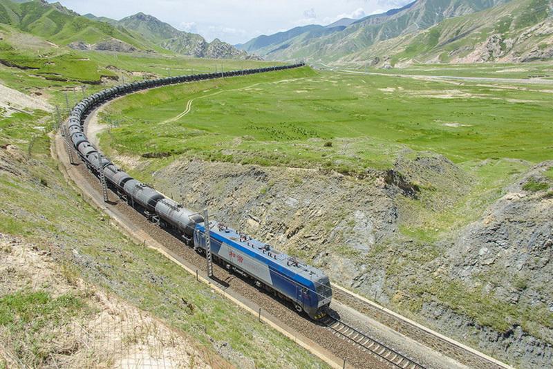 Только в 1974 году возведение первого участка будущей магистрали, от столицы провинции Цинхай города Синин к Голмуду уже на Тибетском нагорье, возобновилось. 814 километров железной дороги силами армии и заключенных построили за пять лет, к 1979 году, но пассажирское движение открылось здесь только в 1984-м.