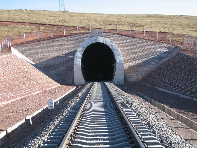 После окончания строительства Тибетская магистраль установила сразу несколько рекордов железнодорожного строительства. В 350 километрах от Голмуда на высоте 4900 метров над уровнем моря был построен самый высокогорный железнодорожный тоннель в мире, получивший название Фэнхошань (тоннель Ветреного вулкана)