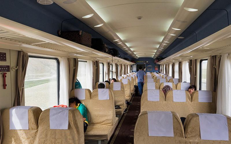 Стандартные вагоны разделены на привычные и нам три класса: сидячий, плацкарт и купе. Кроме того, в поездах имеются вагоны-рестораны.