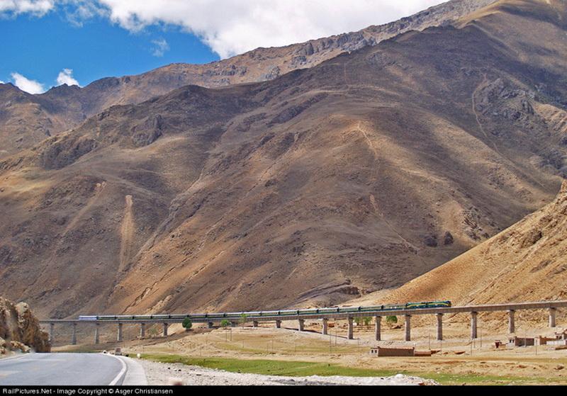 Существенно удешевилась доставка грузов в Тибет, в том числе и особенно ценных в горных условиях энергоносителей. Новый толчок к развитию получила и туристическая отрасль, хотя по-прежнему просто так любому желающему уехать, например, на пекинском поезде в Лхасу не получится. Для посещения Тибета китайское правительство как и прежде требует получение специального разрешения, без которого на поезд вас просто не посадят.