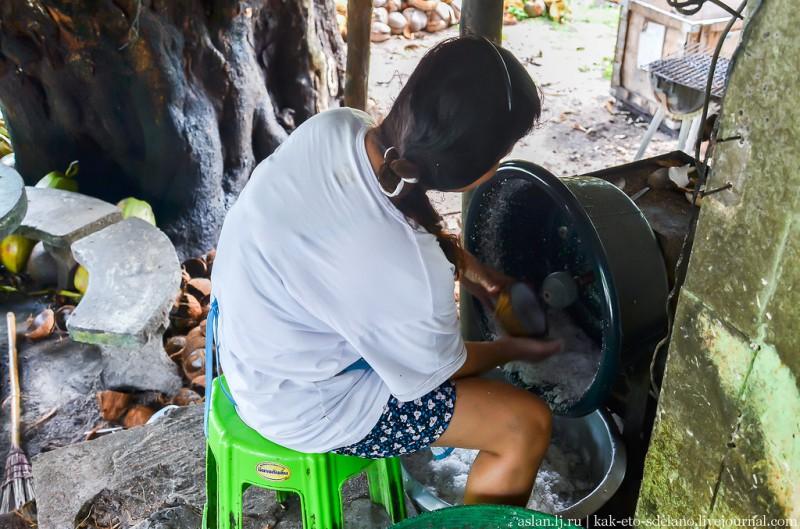 Оказалось, что в этом дворе делают кокосовое молоко. Для этого сперва нужно снять кожуру с ореха, потом расколоть его на две половинки. После чего на специальном аппарате выскоблить мякоть.