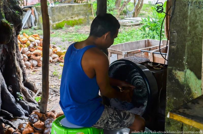 Женщина выполнила свой норматив по кокосовым стружкам, ее заменяет муж, я так думаю.