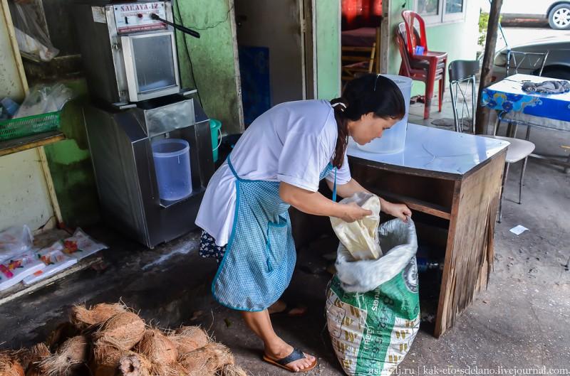 После того, как из стружки выжато молоко, ее высыпают в мешок.