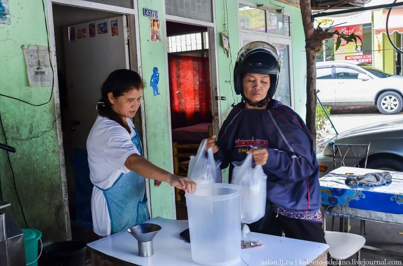 Все время, что я снимал, недалеко сидела какая-то бабушка. Когда молоко выжали, она одела мотоциклетный шлем, отдала деньги женщине, забрала пакеты с молоком и укатила на своем скутере.