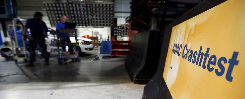 Сегодня мы на примере аккредитованного немецкого краш-центра ADAC разберемся, как проходят краш-тесты автомобилей. Для того, чтобы узнать как проходит этот процесс. посетим краш-центр ADAC в баварском городе Ландсберг. Центр аккредитован и соответствует требованиям Euro NCAP — европейского комитета по проведению независимых краш-тестов авто с оценкой активной безопасности и пассивной безопасности.