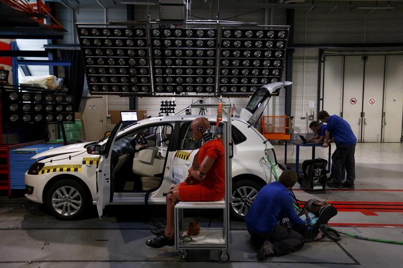 Первые тесты на безопасность выглядели весьма однообразно: две машины одной модели имитировали фронтальное столкновение на скорости 55км/ч с перекрытием в 50%. Сегодня испытатели все чаще сталкивают между собой машины разных классов, так, к примеру, «Volvo» проводила имитацию столкновения между легковым S40 и джипом XC90.