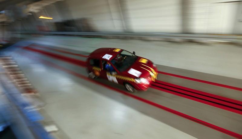 Сегодня мы проследим за лидером по количеству пострадавших — фронтальным ударом. Тест Euro NCAP проводится на скорости 64 км/ч с перекрытием 40%. Поехали!