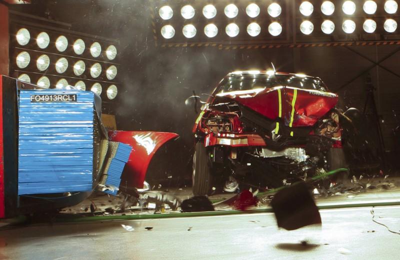 А что происходит при столкновении на более высокой скорости, когда водители игнорируют ремни безопасности? Французские эксперты давно сняли сверхбыстрой камерой процесс столкновения автомобиля на скорости 80 км/час с неподвижным препятствием. В салоне находились манекены с датчиками, фиксирующими степень травматичности, которая была бы у живых людей. Манекены не пристегнуты, подушки безопасности отключены.