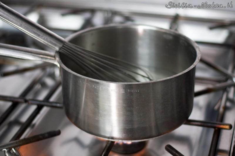 Размешиваем сахара и, продолжая помешивать, ставим сироп на плиту. Нагреваем до 85 градусов — это процесс пастеризации, все бактерии, которые могли оказаться в основе, погибнут, и мороженое можно будет хранить гораздо дольше.
