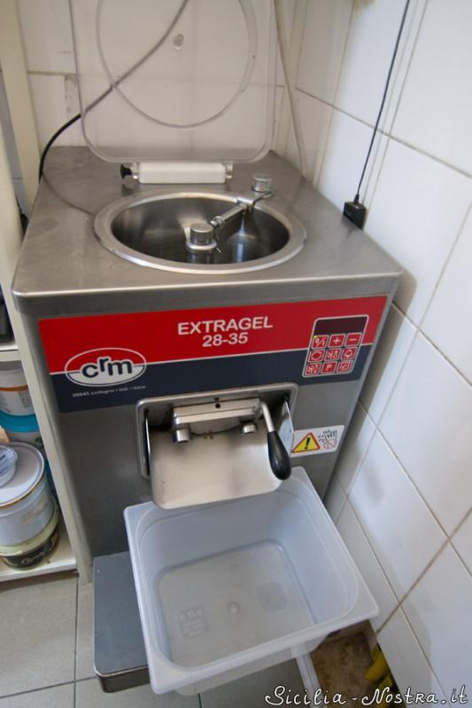 А это профессиональная машина для мороженого. Два-три килограмма мороженого (один контейнер) буквально за пять минут.