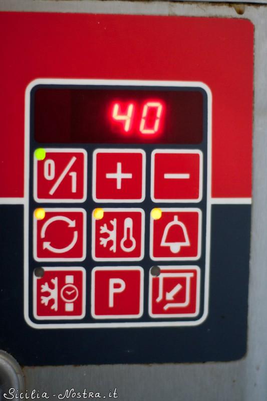 Панель управления. Температура сейчас 40 градусов. Но очень скоро она опустится до -8 градусов и тогда сработает звуковой сигнал