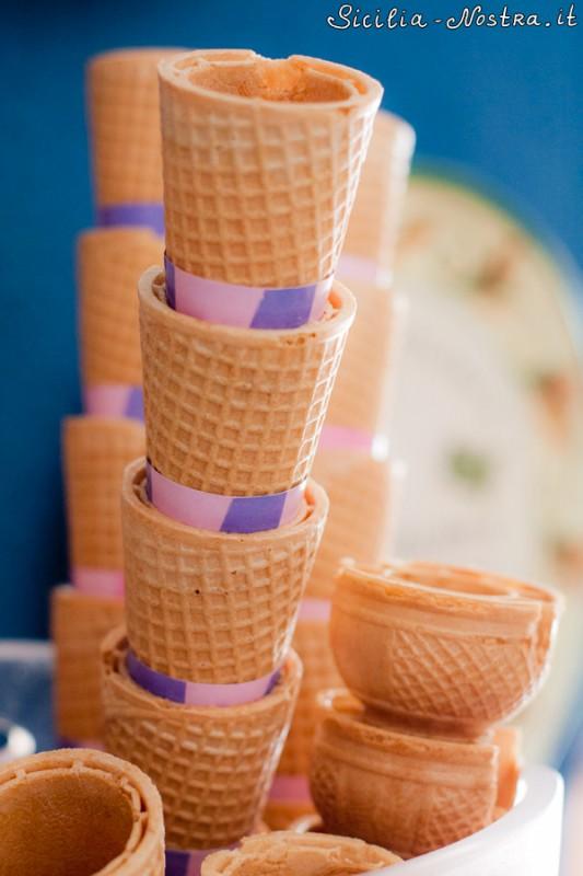 Мороженое подают либо в пластиковых вазочках, либо в вот таких вот вафельных рожках. Либо в разрезанных пополам булочках, но это как-то на любителя. Хотя сицилийцам нравится.