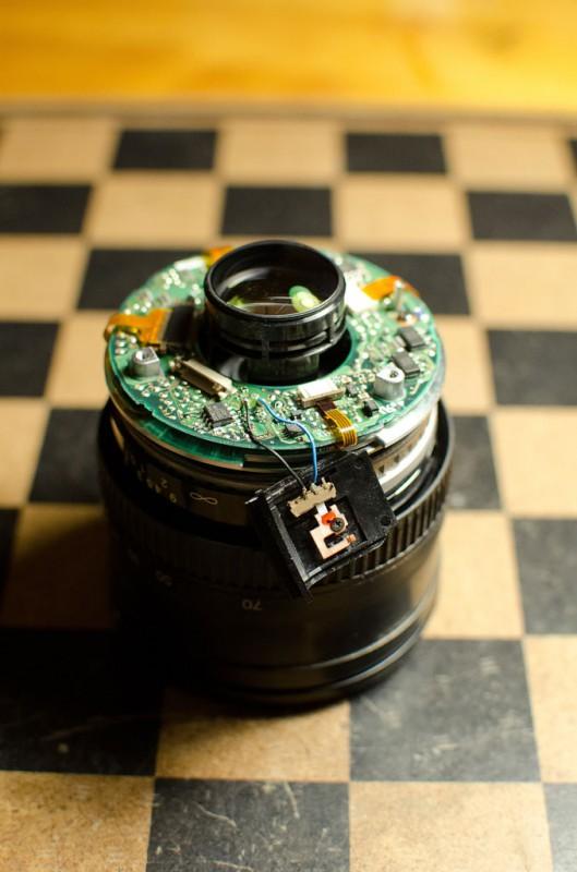 Провода очень легко переламываются, поэтому нужно иметь под рукой паяльник. Объектив со снятой верхней частью корпуса: