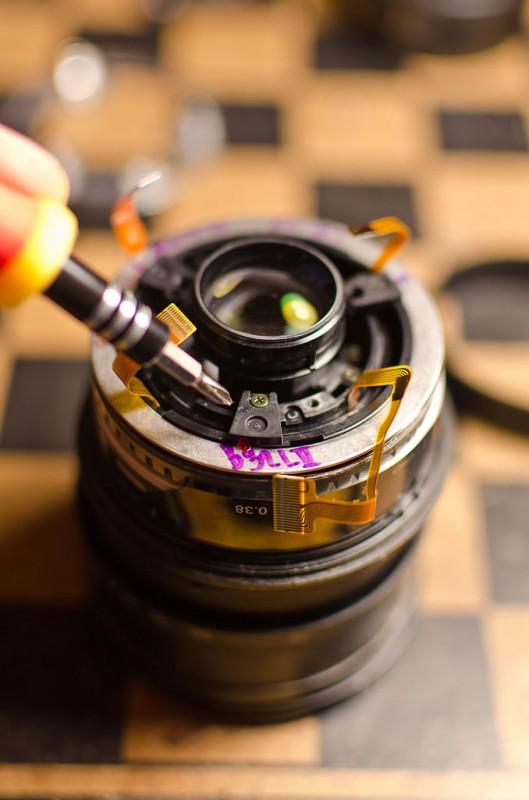 Откручиваем другие 3 черных винта сверху, освобождая ультра-звуковой мотор (USM) от оптического блока.