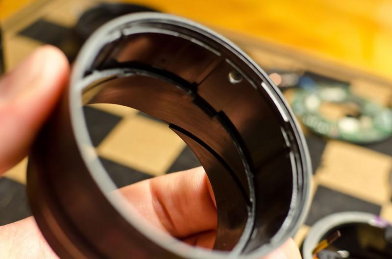 Вставляем меньшую втулку механизма фокусного расстояния в большую. Обращаем внимание на совмещение выреза во внутренней втулке с отверстием во внешней. Внутренняя втулка перемещается, образуя телескопическую конструкцию.